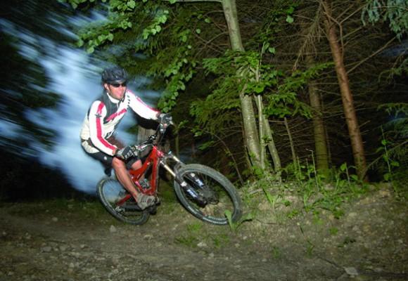 Der Bike lehnt sich in die Kurve auf dem Walser Trail.